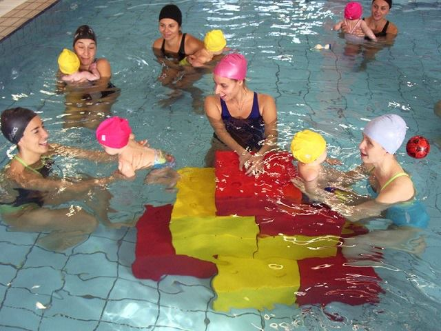 mamme e figli in piscina