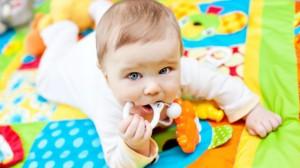 foto_bambini_gioca_con_sonaglio