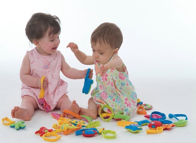 bambine giocano