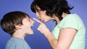 foto-mamma-che-sgrida-ragazzo