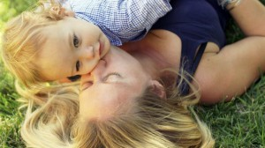 foto_coccole mamma e figlio