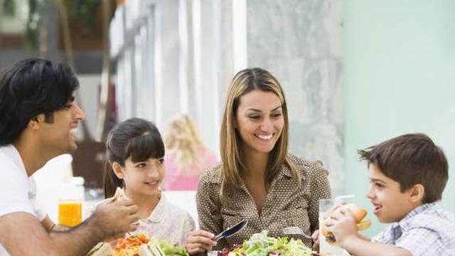 foto_famiglia_a_pranzo_fuori2