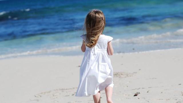 foto_bambina_su_spiaggia_mare