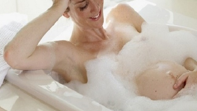 foto_donna incinta che fa il bagno