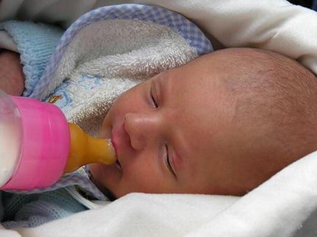 foto allattare biberon