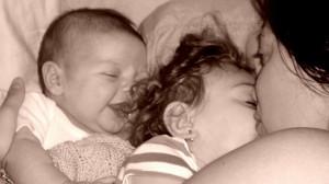foto_mamma bacia due figli piccoli