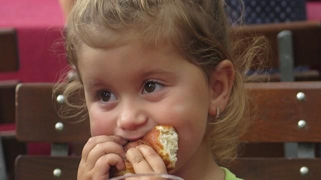 foto_bimba che mangia da grande