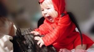 foto_ bambino gioca con gatto