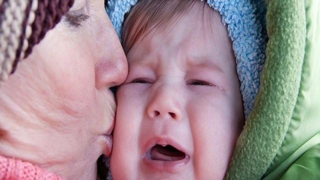 foto_nonna bacia nipote piangente