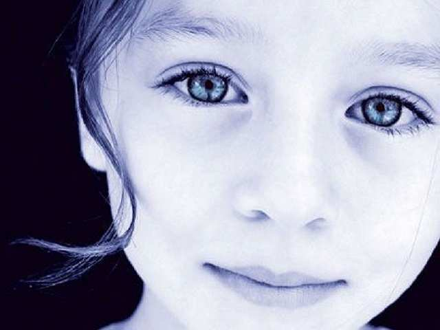 bambini indaco con occhi grandi color indaco
