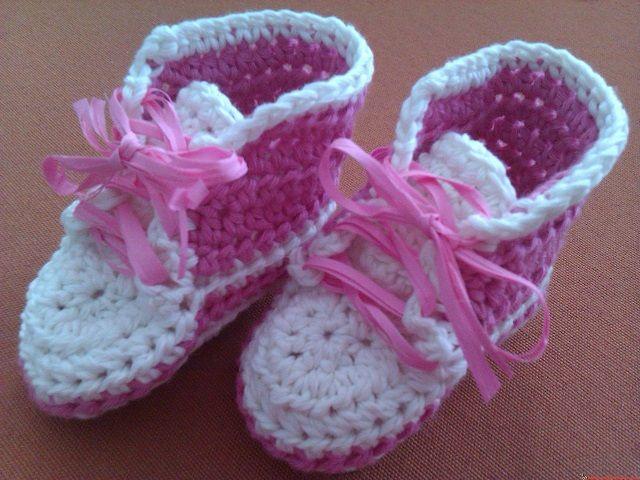 scarpine da neonata all'uncinetto
