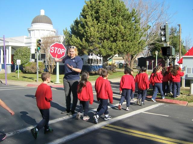 foto_bambini_attraversano_strada