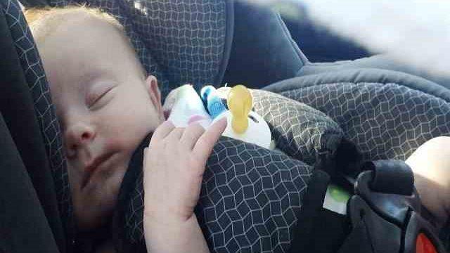 foto_bimbo dorme in auto