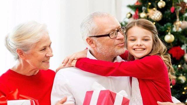 Regali Di Natale Per Nonni.I Nonni Devono Consultarsi Con I Genitori Per Il Regalo Di Natale Ai Nipoti