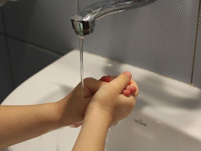 bambino durante il lavaggio delle mani