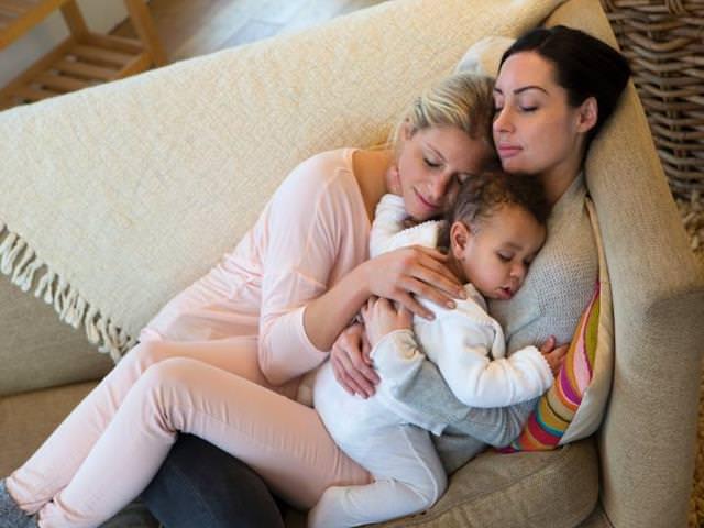 perché dormire con il neonato sul divano è pericoloso