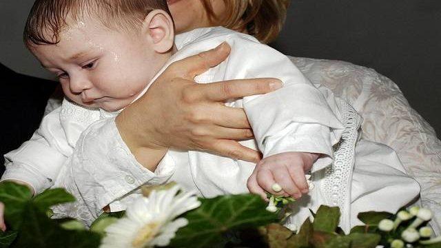 neonata durante il battesimo