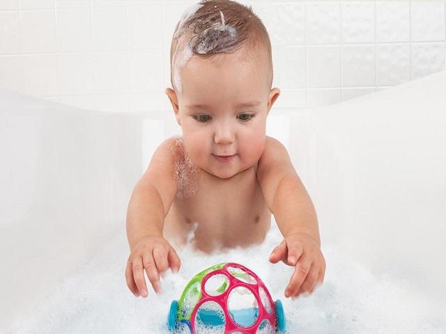 giocattoli durante il bagnetto