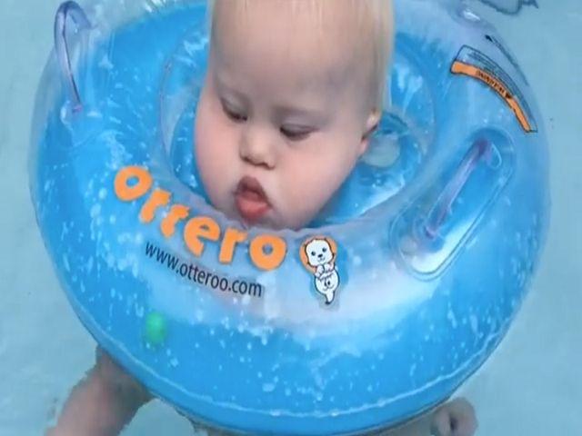 neonato down con ciambella