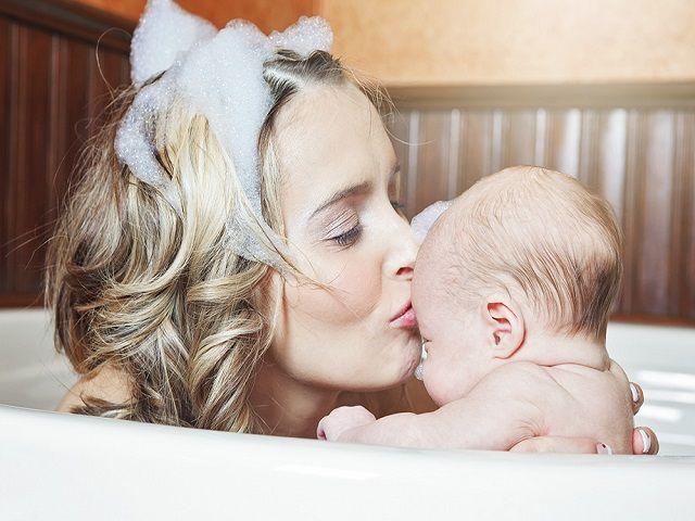 mamma e figlio che fanno bagnetto