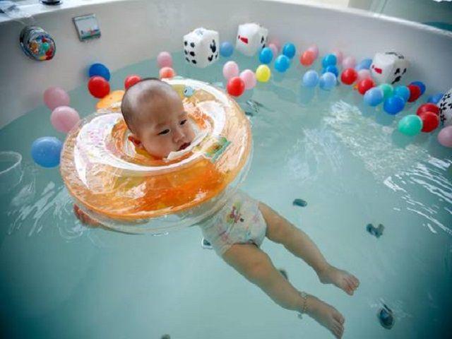 neonato con ciambella