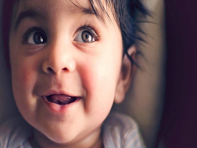 bambino occhi castani