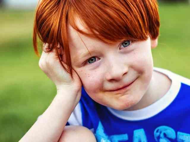bimbo capelli rossi