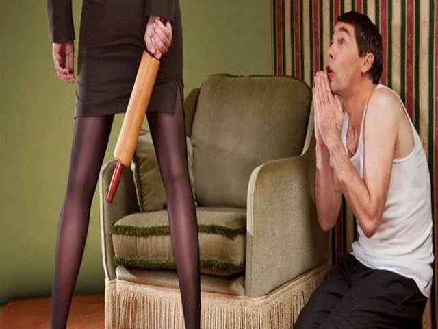 moglie picchia marito