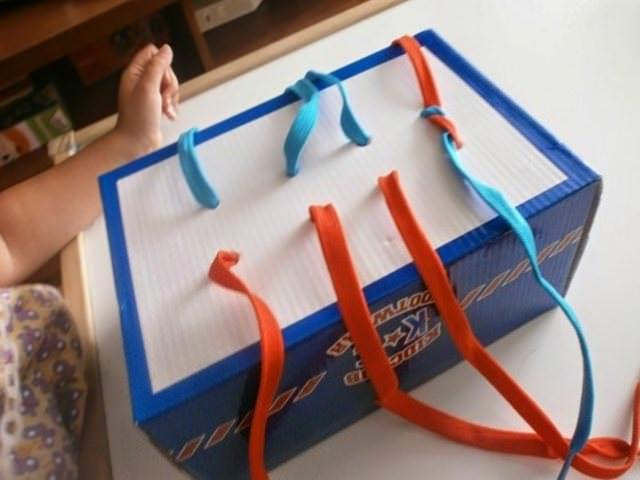 scatola con lacci