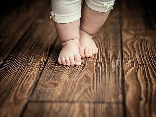 bambino piedi scalzi