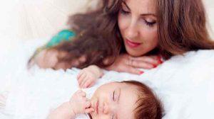 mamma guarda figlio dormire