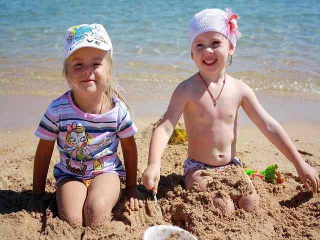 bimbi giocano in spiaggia