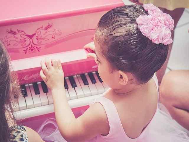 bambina e pianoforte