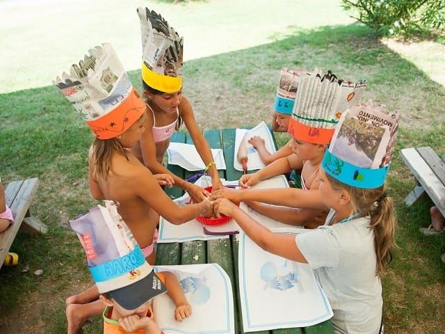 foto bambini che disegnano in vacanza
