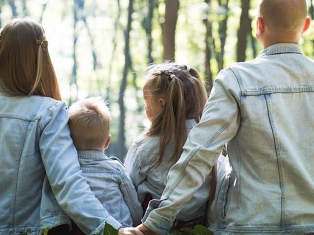 foto genitori bambini di spalle