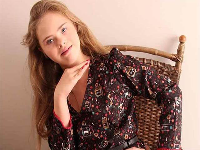 foto Georgia Traebert modella Down seduta