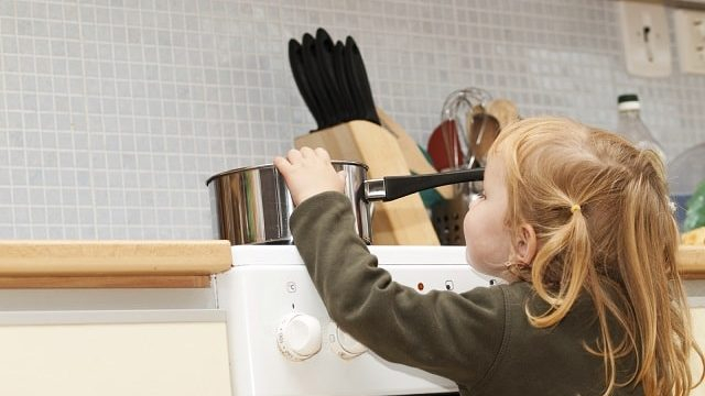 foto bambina in cucina