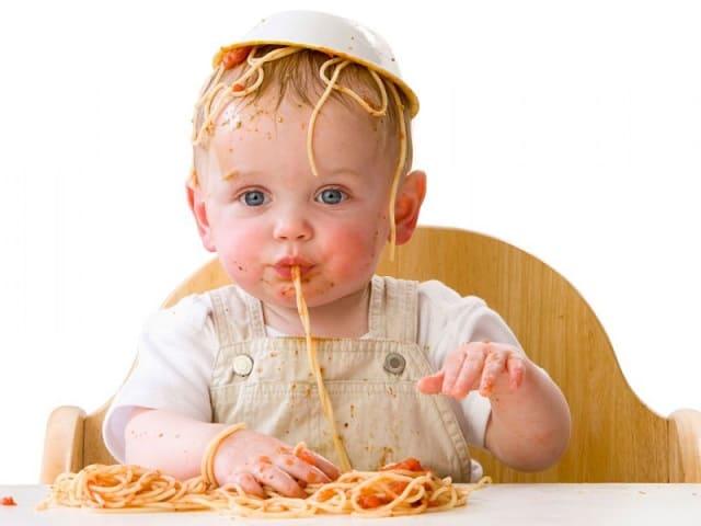 foto bambino che mangia