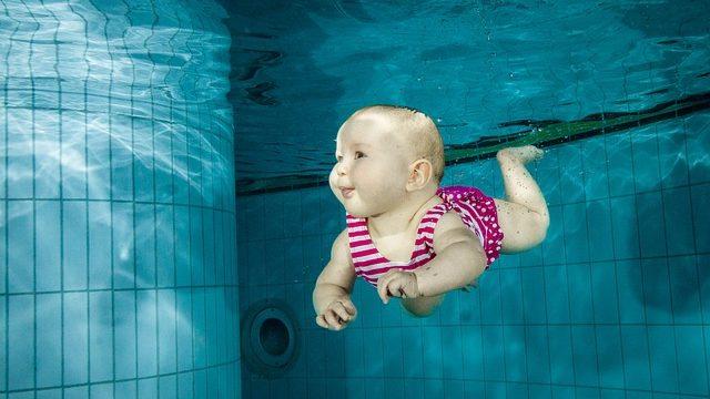 foto bimbo che nuota