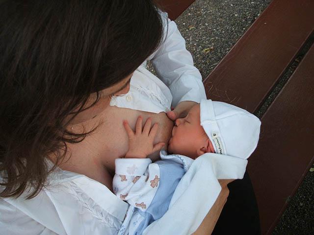 foto mamma che allatta bambino