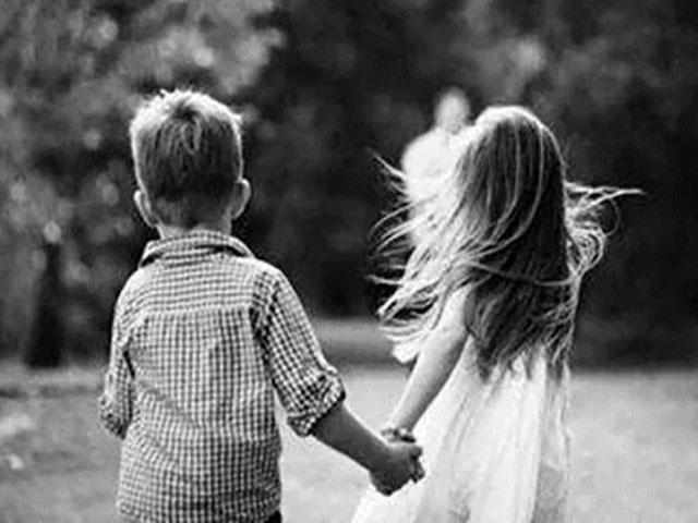 Foto dolce fratello e sorella si tengono la mano