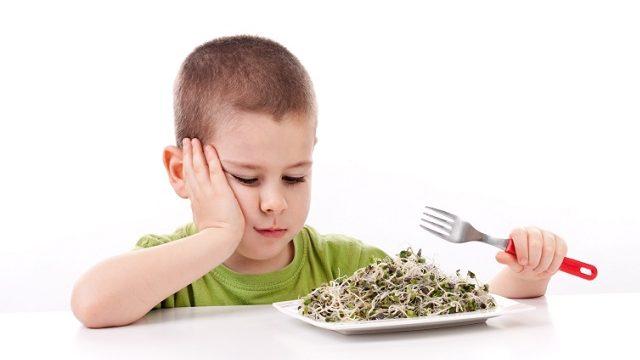 foto bambino che non mangia per il caldo