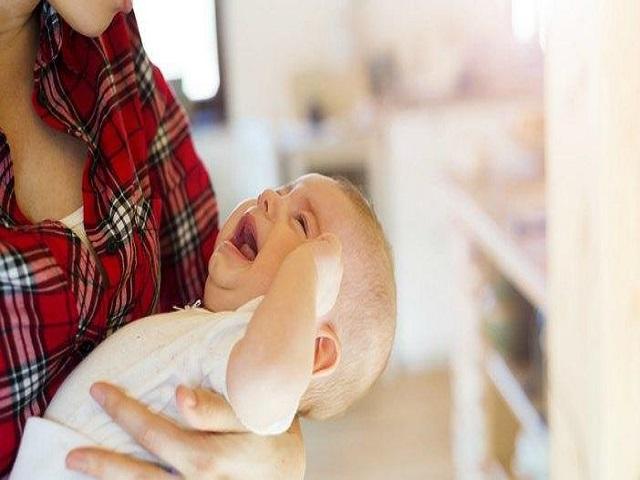 foto_svegliare_il_bambino_per_mangiare