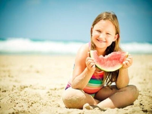 Bimbi in spiaggia: idratazione e riposo