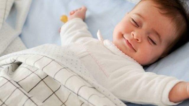 bambino che dorme in culla
