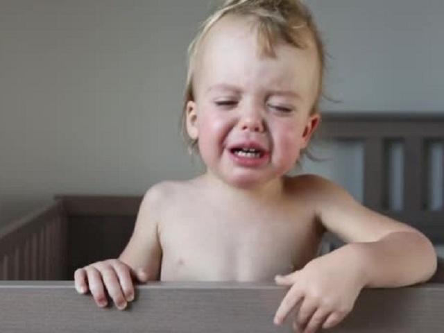 bimbo piange nel lettino