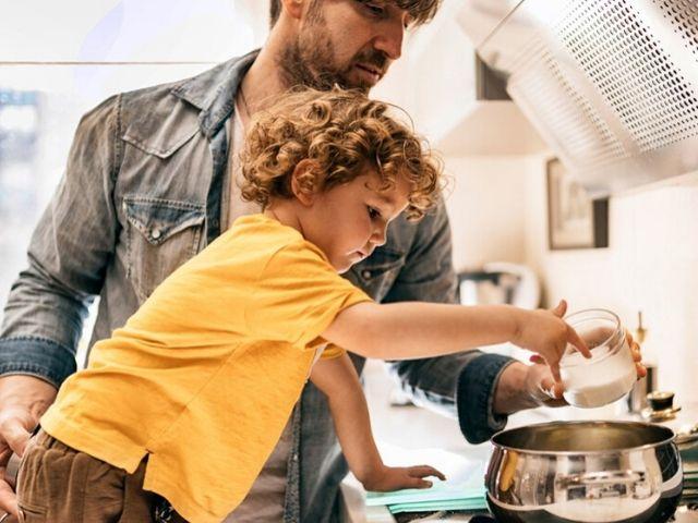 padre figlio cucina