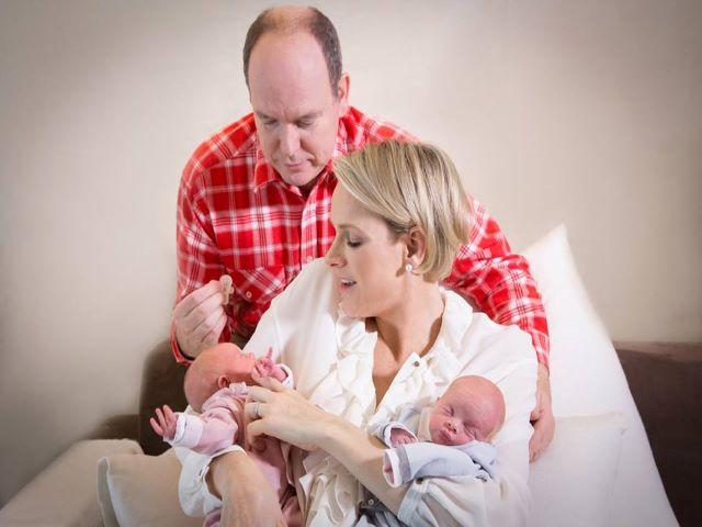 Alberto e Charlene di Monaco con i loro gemelli