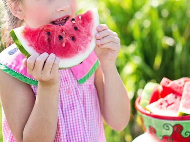 bambina alimentazione
