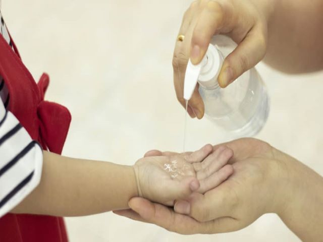 bambino disinfetta mani con gel